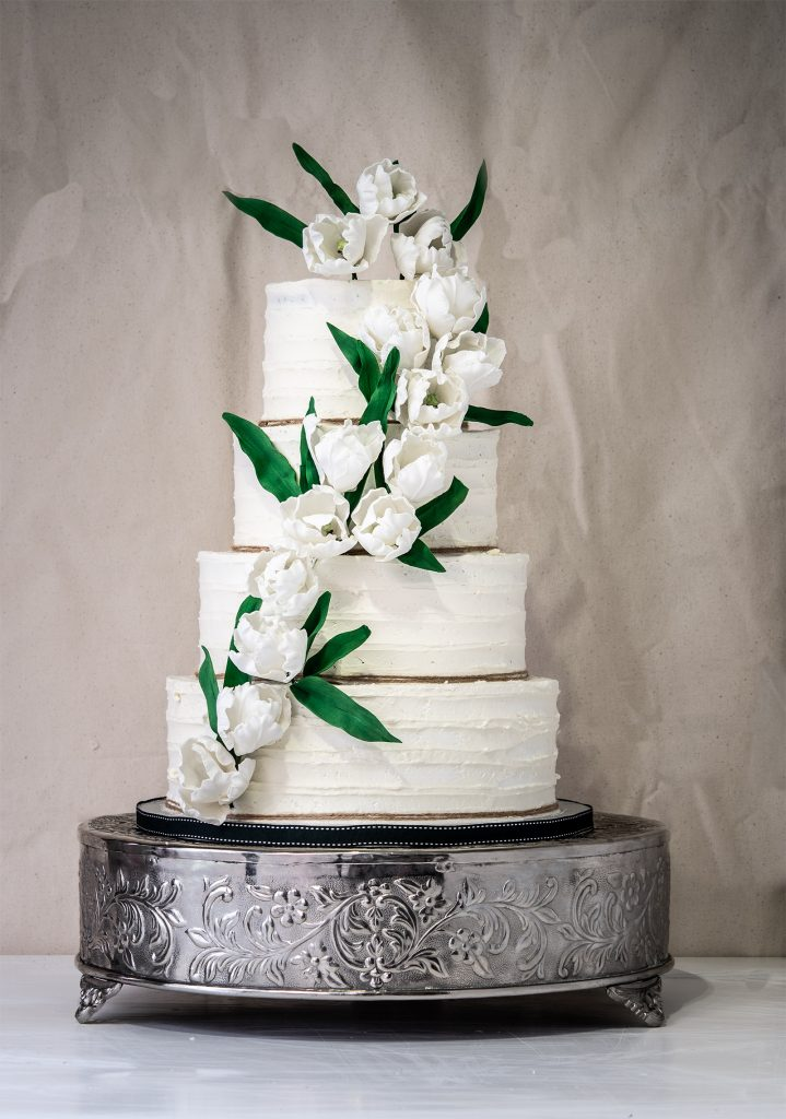 WHITE TULIPS BUTTERCERAM WEDDING CAKE BY PONONA CAKES SANTANDER tartas sin fondant