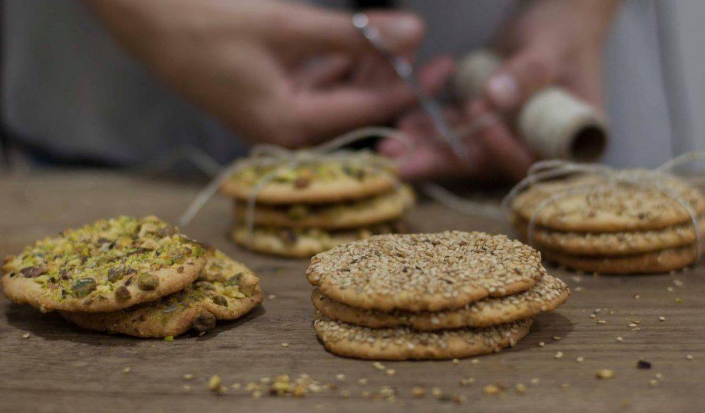 galletas arabes pistacho sesamo ponona cakes en montoncitos y poniendo lacitos dulces de bocado santander