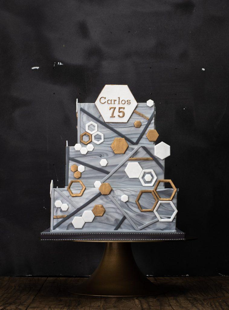 tarta fondant en tres alturas cuadrada con hexagonos dorados 75 cumpleaños ponona cakes santander