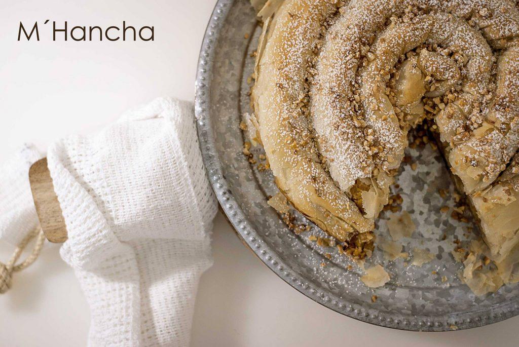 mhancha arabe calabaza marrocan snake pumpkin ponona cakes ponona photography close up encima de una tabla de cortar rustica
