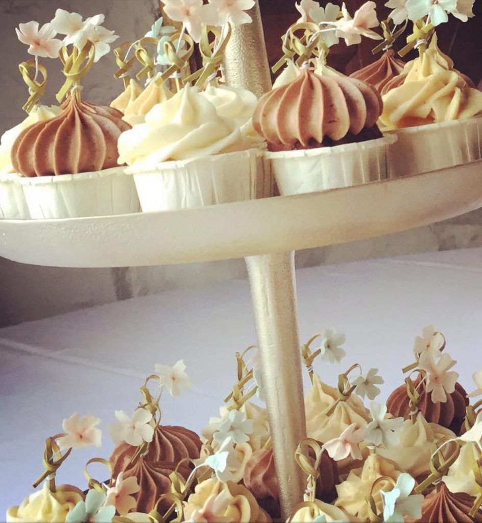 mini cupcakes with flowers close up ponona cakes dulces de bocado santander