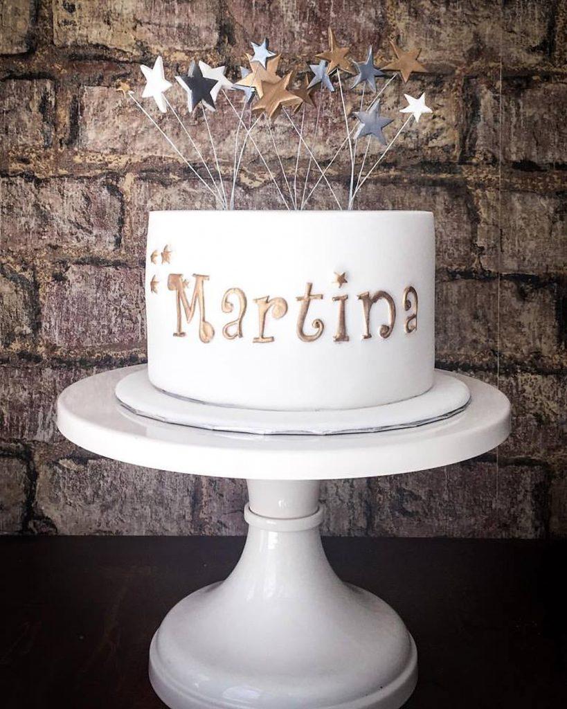 tarta blanca con estrellitas